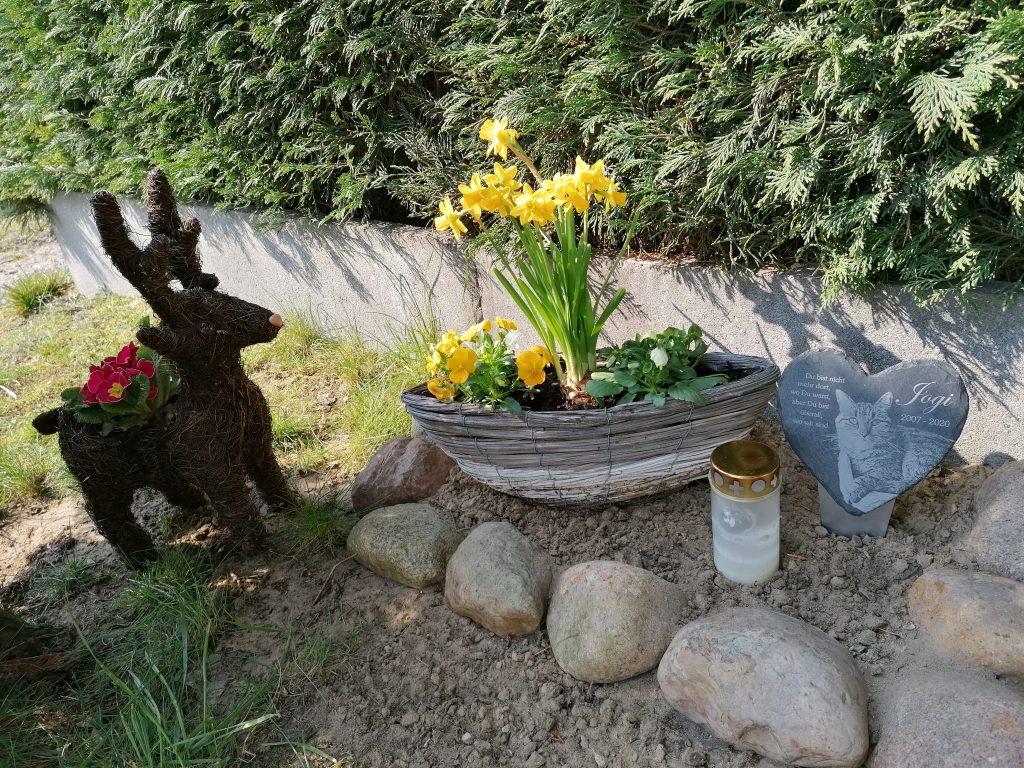 Grab mit Tafel - Pfotensteine.de in Braunschweig